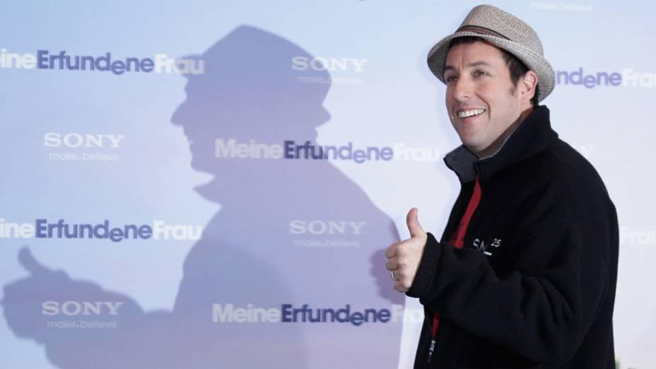 """Adam Sandler assiste ao filme """"Minha Mulher Imaginária"""" no Hotel Adlon em Berlim, Alemanha"""