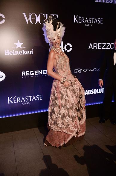 Irreverente, Adriane Galisteu incorporou a personagem de rainha louca