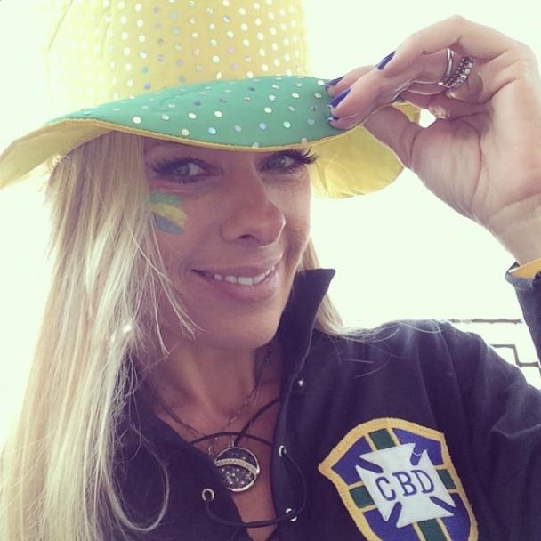 Apresentadora Adriane Galisteu torce pelo Brasil com chapéu de cowboy
