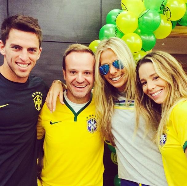Adriane Galisteu publica foto com Rubens Barrichello e Danielle Winits torcendo para o Brasil na Copa do Mundo 2014.