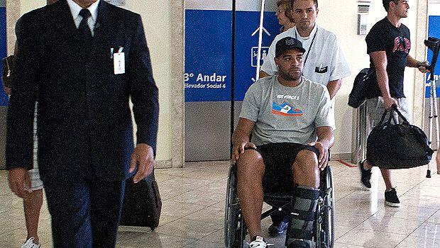 Adriano deixa o hospital em cadeira de rodas, em abril de 2011