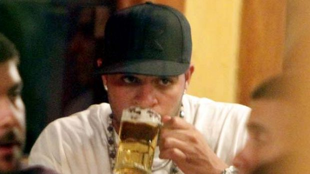 Adriano é fotografado bebendo cerveja em churrascaria no Rio de Janeiro