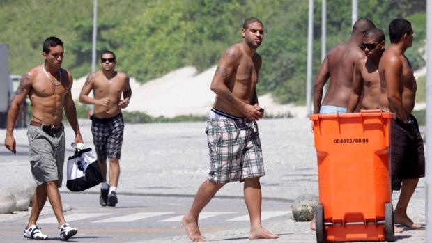 Adriano, na praia do Recreio dos Bandeirantes, com amigos, em dezembro de 2010