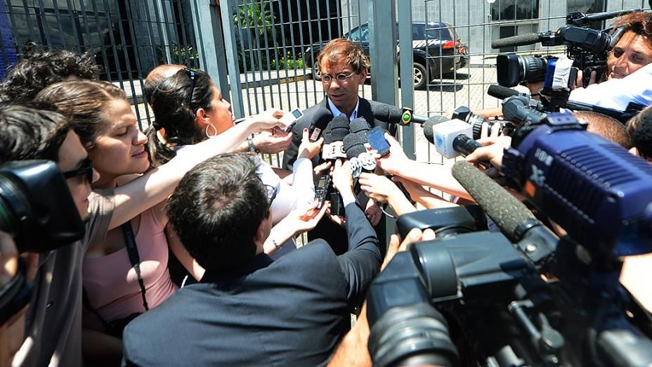 O advogado de José Dirceu, José Luís de Oliveira Lima concede entrevista, em São Paulo (SP), neste sábado (16)
