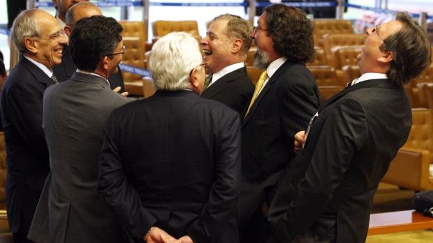 Advogados dos réus do mensalão conversam no plenário do STF, em Brasília