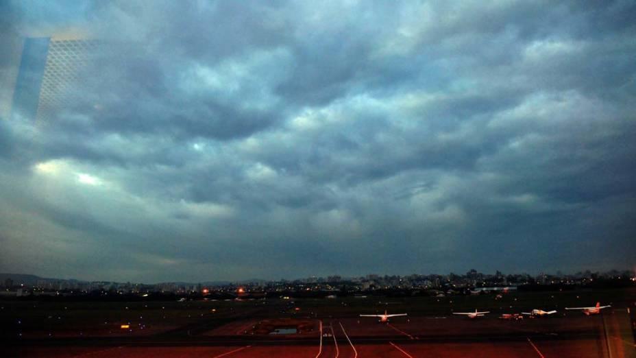 Aeroporto Internacional Salgado Filho, em Porto Alegre. Voos foram cancelados por causa do avanço da nuvem de cinzas do vulcão chileno Puyehue, que ocupa 70% do Rio Grande do Sul
