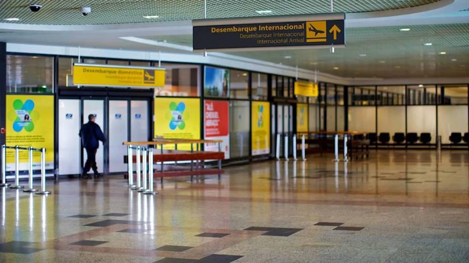 Setor de desembarque do Aeroporto Internacional Salgado Filho, em Porto Alegre. Voos foram cancelados por causa do avanço da nuvem de cinzas do vulcão chileno Puyehue, que ocupa 70% do Rio Grande do Sul