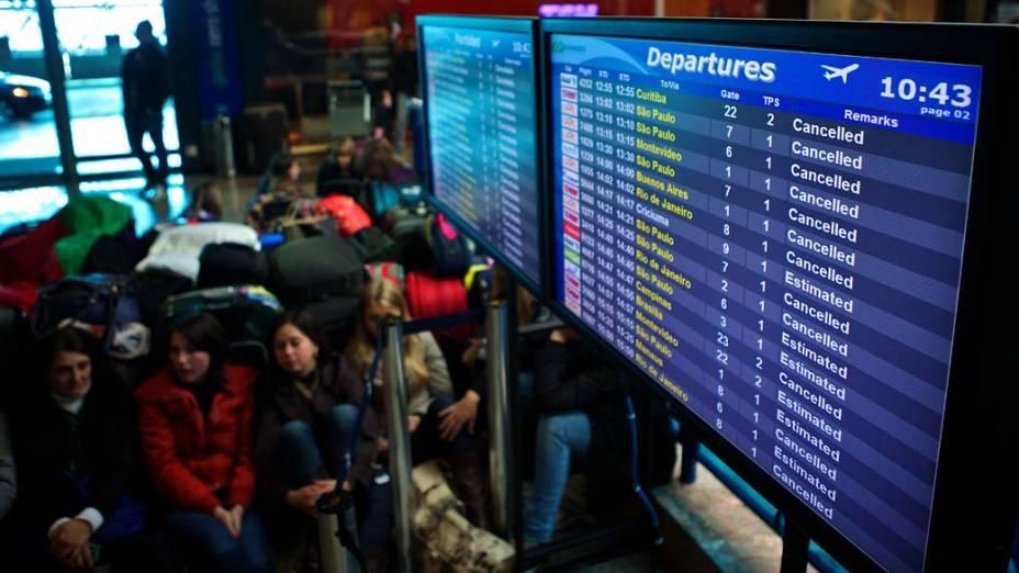 Passageiros aguardam no Aeroporto Internacional Salgado Filho, em Porto Alegre. Voos foram cancelados por causa do avanço da nuvem de cinzas do vulcão chileno Puyehue, que ocupa 70% do Rio Grande do Sul