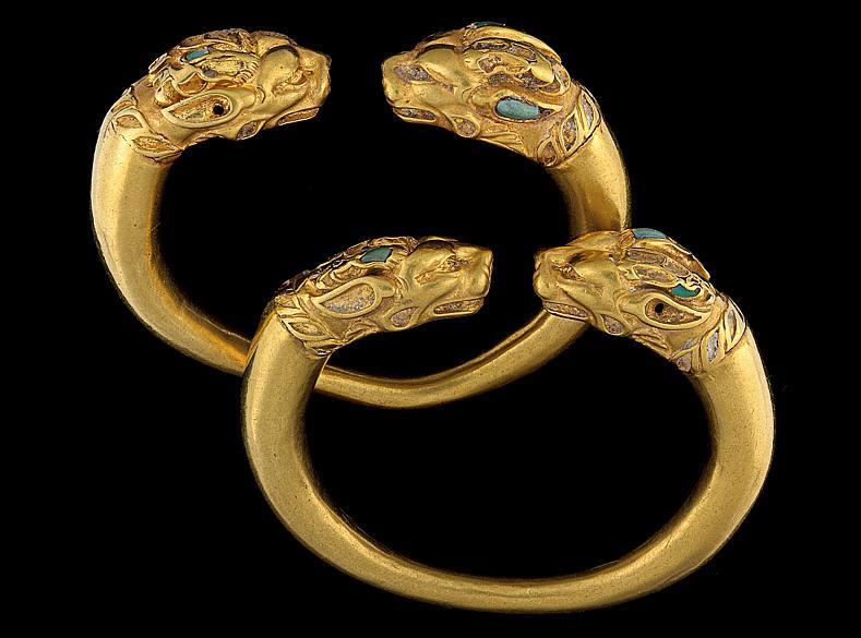 Par de braceletes de ouro e turquesa, com cabeças de leão. Peças do Museu Nacional do Afeganistão