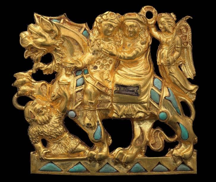 Broche de ouro e turquesa retratando Dionísio e Ariadne, de cerca de 2.000 anos atrás