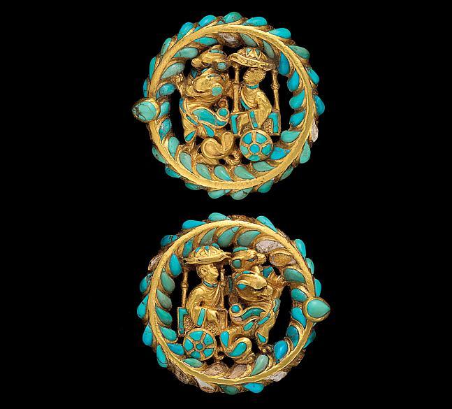 Adereços para bota retratando carruagem puxada por dragões. Peça do Museu Nacional do Afeganistão