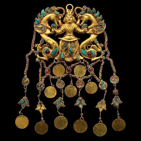 Ornamento de ouro, turquesa, lápis-lazúli e pérolas, retratando figura mitológica. Peça do Museu Nacional do Afeganistão