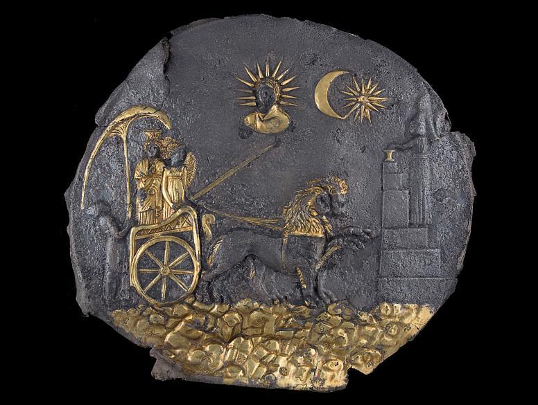 Placa cerimonial de prata folhada em ouro retratando a deusa Cibele