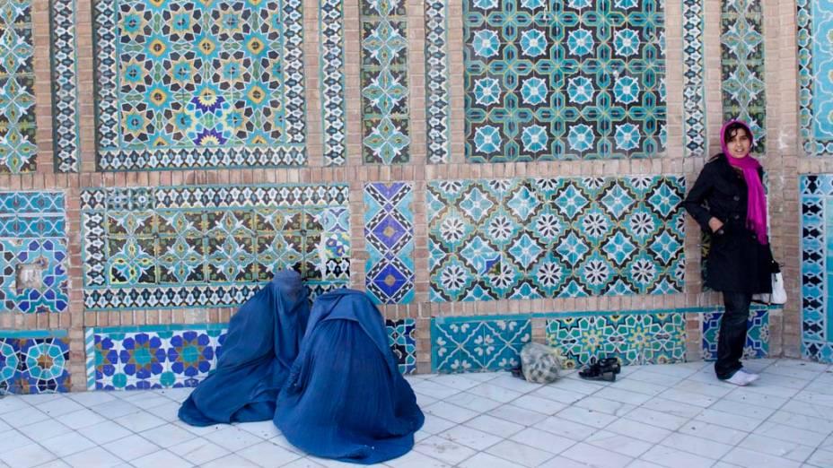 Afegãs rezam em mesquita de Mazar-e-sharif, Afeganistão