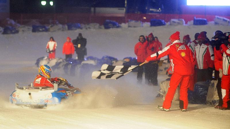 Fernando Alonso cruza a linha de chegada em corrida de kart na Itália
