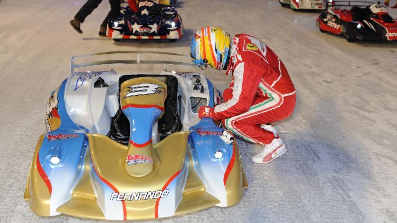 Fernando Alonso se prepara para corrida de kart