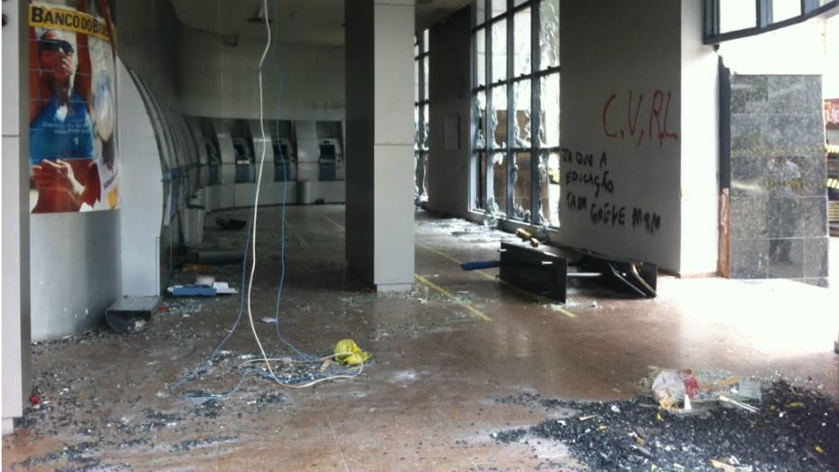 Agência bancária é destruída por Black Blocs