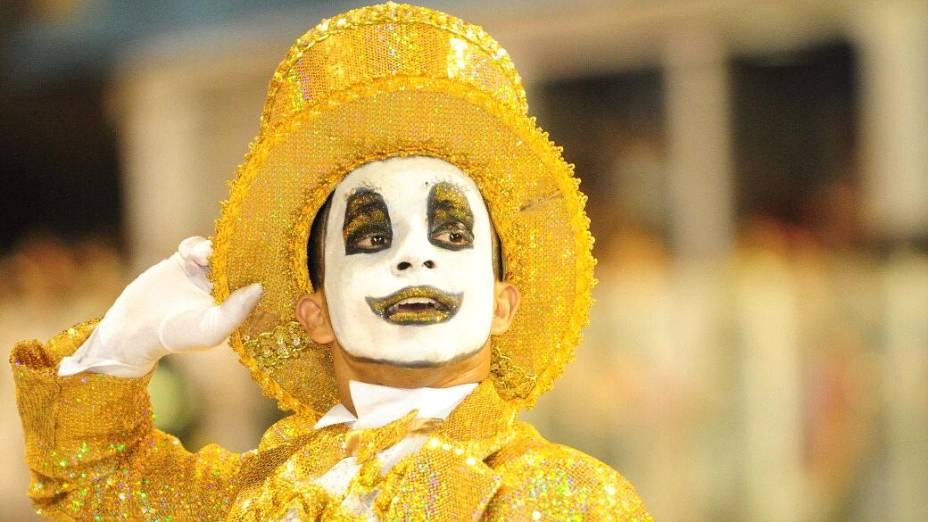 Componente da Águia de Ouro, que desfilou no sambódromo do Anhembi, em São Paulo