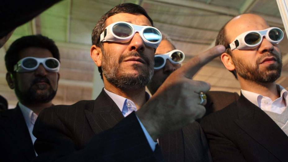 O presidente do Irã, Mahmoud Ahmadinejad, em exposição sobre tecnologia a laser, em Teerã, em fevereiro