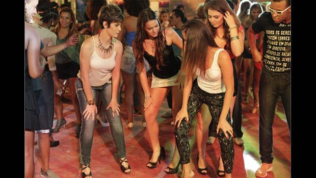 Aisha (Dani Moreno) aprende pagofunk com a irmã Lurdinha (Bruna Marquezine)