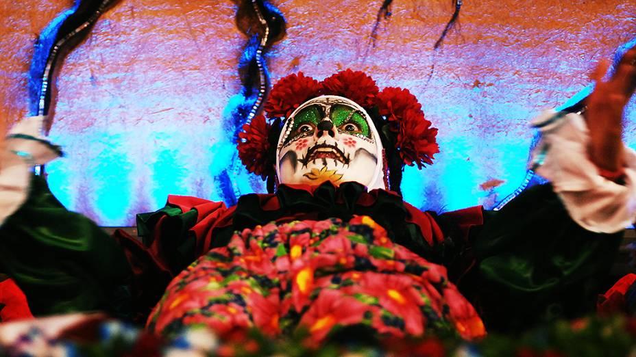 A escola Rosas de Ouro desfilou enredo sobre as festas populares ao redor do mundo