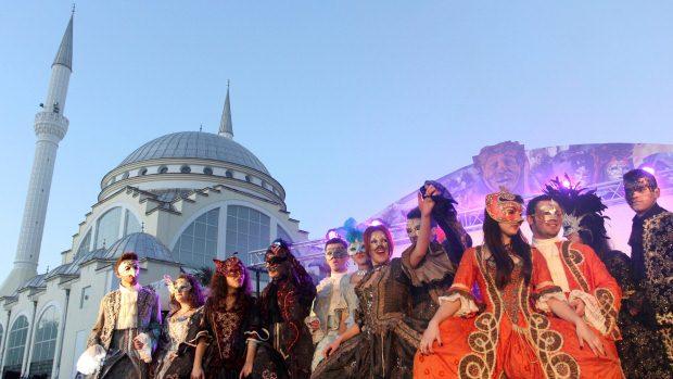Grupo de mascarados desfila pelo centro de Shkodra, na Albânia, em comemoração ao Carnaval - 18/02/2012