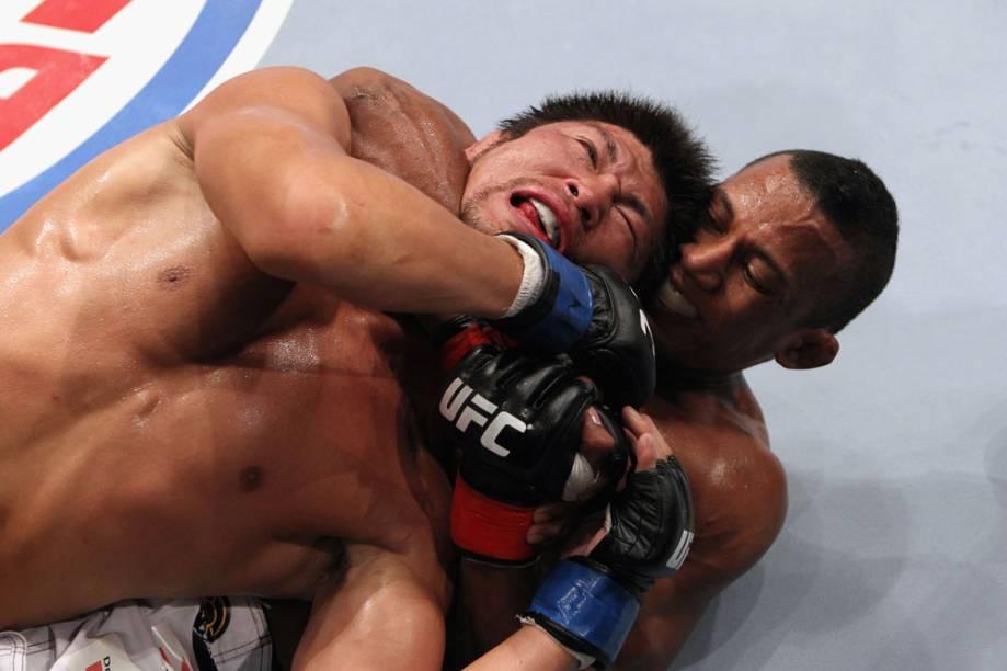 Yuri Alcântara contra o japonês Michihiro Omigawa, no UFC Rio 2012