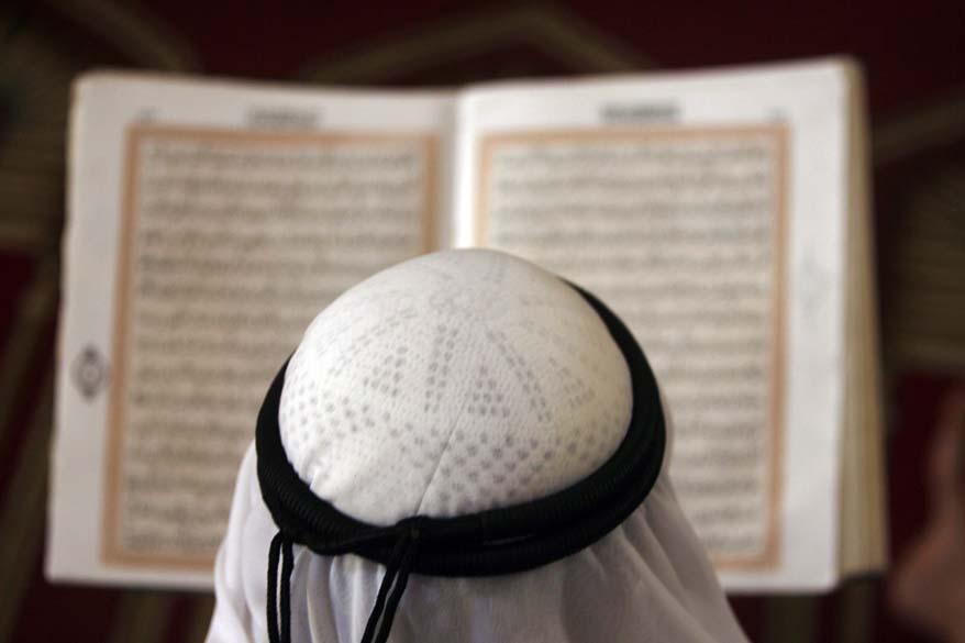 Durante o Ramadã, homem lê o Corão na Cisjordânia