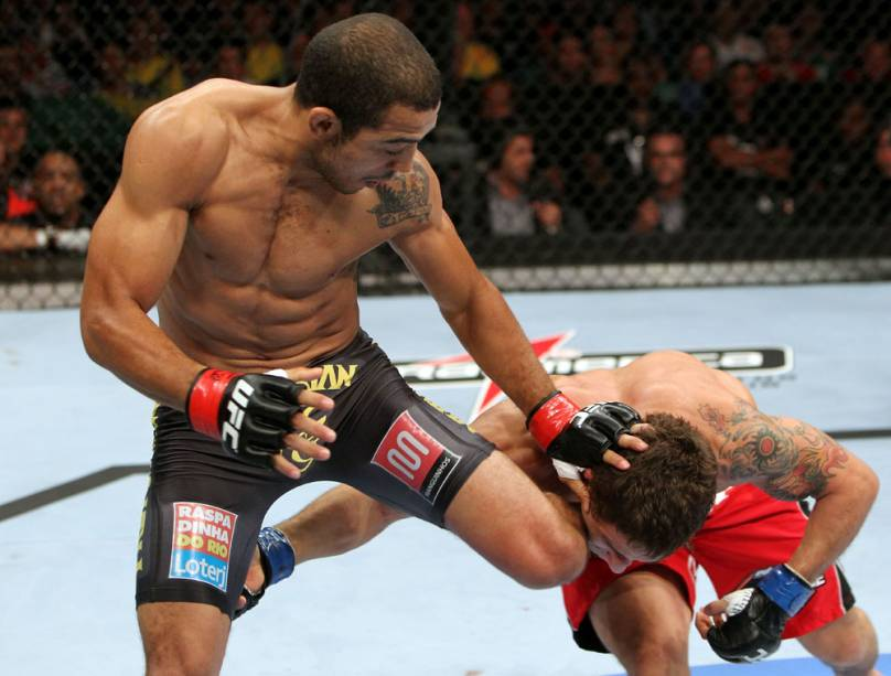 José Aldo contra Chad Mendes no UFC Rio 2012; o brasileiro venceu por nocaute e manteve seu cinturão