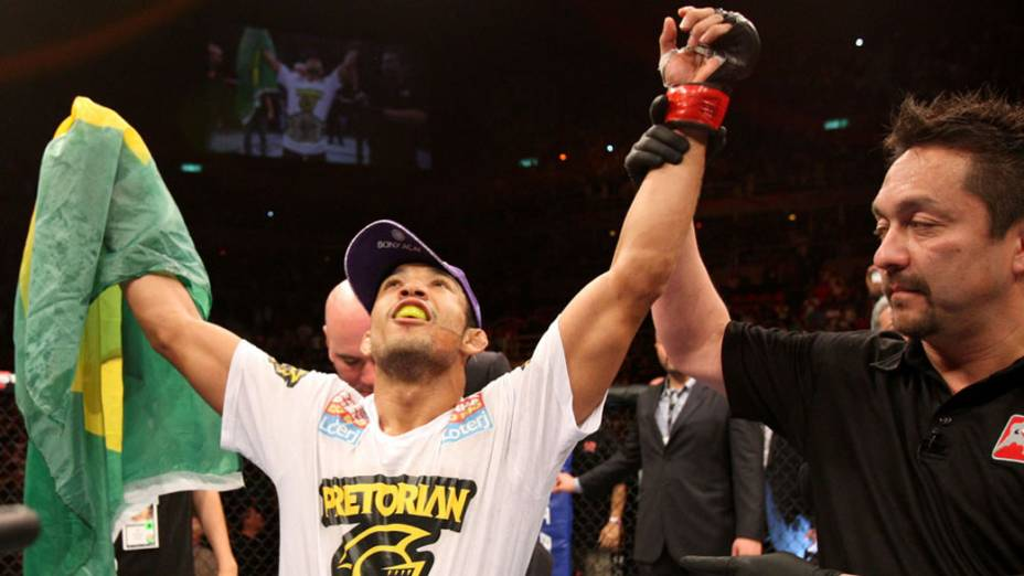 José Aldo comemora com a torcida depois de nocautear o americano Chad Mendes e manter seu cinturão no UFC Rio
