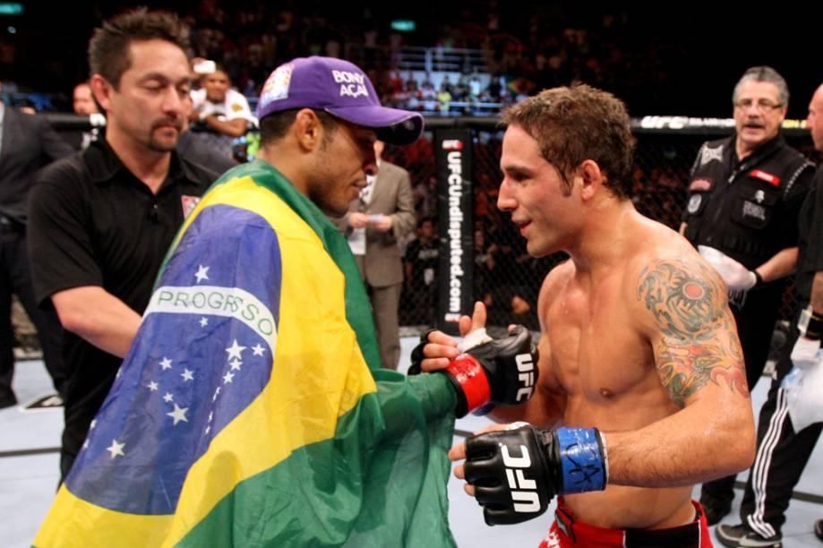 José Aldo cumprimenta Chad Mendes após sua vitória no no UFC Rio 2012; o brasileiro ganhou por nocaute e manteve seu cinturão