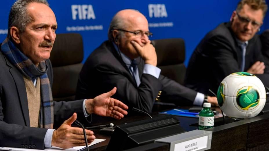 Aldo Rebelo, Joseph Blatter e Jérôme Valcke em reunião na sede da Fifa, na Suíça