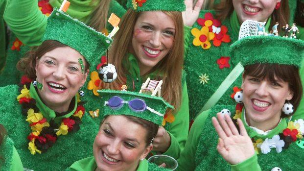 Mulheres brincam o Carnaval em Maguncia, na Alemanha -16/2/2012