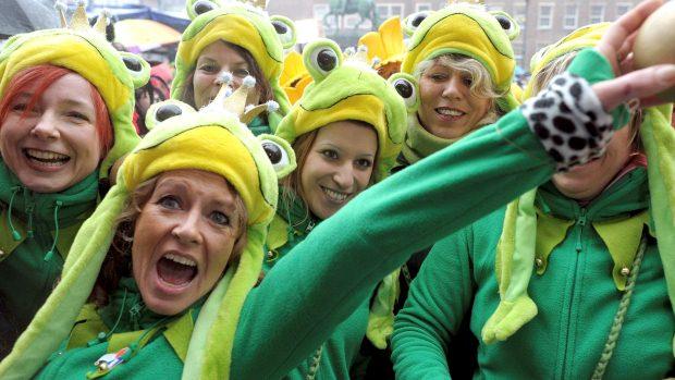 Mulheres fantasiadas brincam o Carnaval em Duesseldorf, na Alemanha - 16/2/2012
