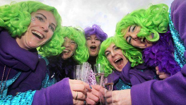 Mulheres brincam o carnaval em Maguncia, na Alemanha - 16/2/2012