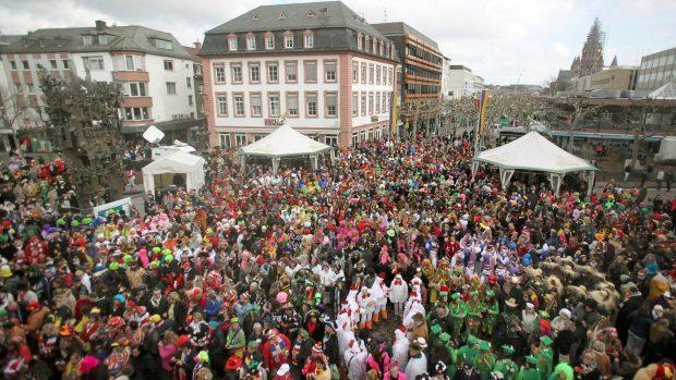 Pessoas brincam o Carnaval em Maguncia, na Alemanha - 16/2/2012