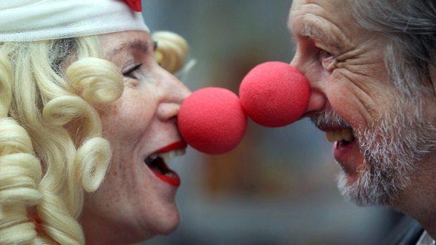 Casal com nariz de palhaço participa do tradicional desfile de Carnaval de Colonia, na Alemanha - 16/02/2012