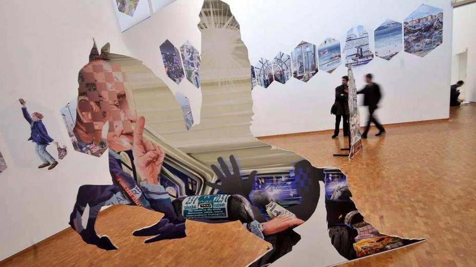 """Instalação """"Dante e Virgílio viajam pelo mundo"""" do artista alemão Andreas Siekmann na exposição """"Nos olhos da lei"""" em Colônia, Alemanha"""