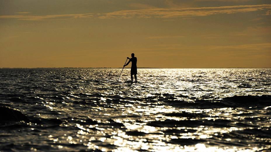 Homem navega em canoa, na Alemanha