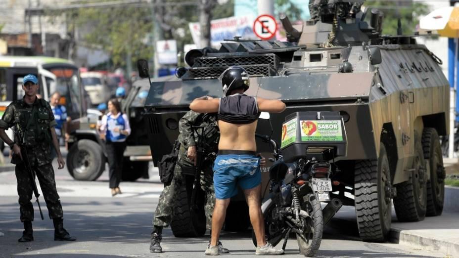 Exército retoma as revistas a moradores do Complexo do Alemão: militares vão aumentar o rigor para impedir entrada de armas