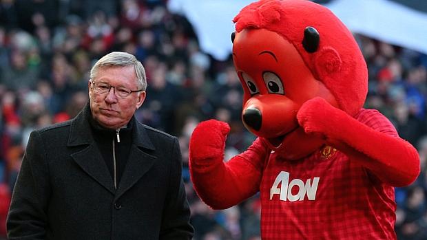 Técnico Alex Ferguson ao lado de mascote do Manchester United