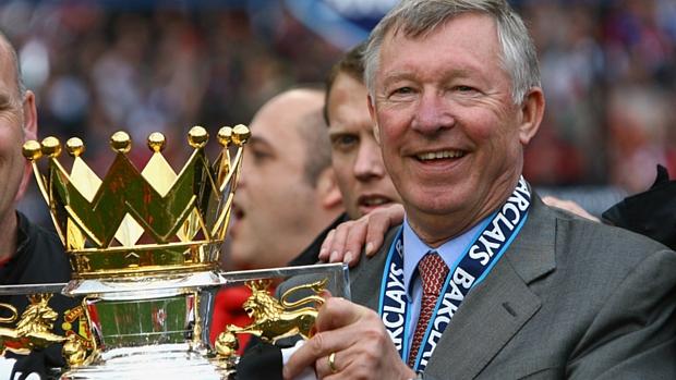 Sir Alex Ferguson comemora uma de suas treze conquistas no campeonato inglês