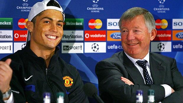 Técnico sorri ao lado de Cristiano Ronaldo, em coletiva de imprensa do Manchester em 2009