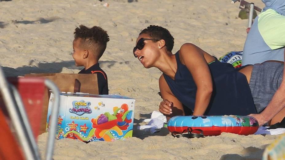 Alicia Keys com a família na praia de Ipanema, na manhã desta terça-feira (10)