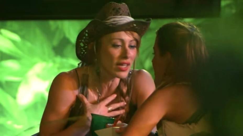 Aline e Letícia conversam durante a festa Selva do BBB14
