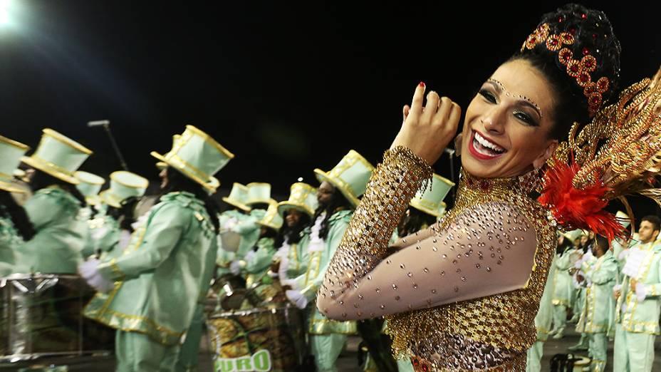 Aline Oliveira durante o desfile da Mocidade Alegre no segundo dia de desfile do Grupo Especial de São Paulo