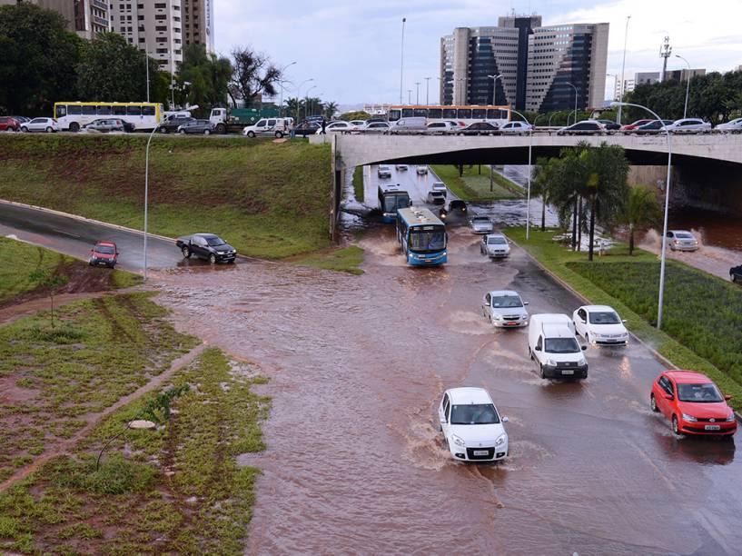 Chuva alaga avenidas no centro de Brasília e complica o trânsito na cidade no último dia 17