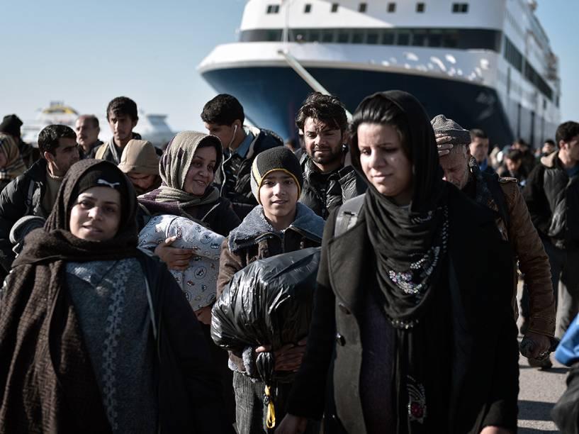 Milhares de refugiados atravessam a pé o porto de Pireu, na Grécia, depois de chegar ao país pela ilha de Lesbos. Em média, mais de 1.900 refugiados chegam por mês à Grécia em embarcações lotadas, segundo a ONU (Organização das Nações Unidas). A multidão costuma vir, na sua maioria, da Síria, que vive uma guerra civil