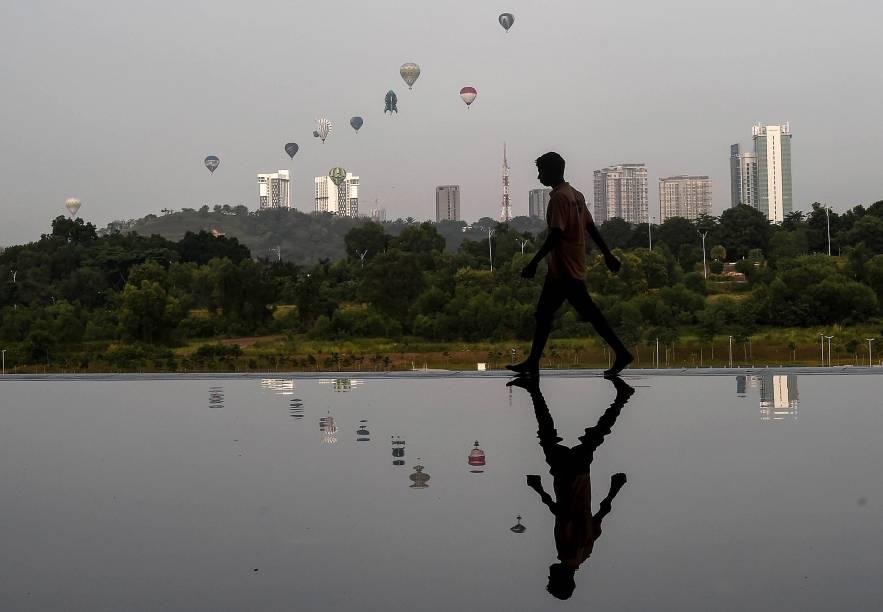 <br><br><br>Balões de ar quente são refletidos em um lago enquanto sobrevoam em Putrajaya, na Malásia, durante o Festival Internacional de Balão de Ar Quente. O evento acontece de 11 a 13 de março