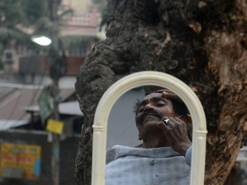 Barbeiro trabalhando nas ruas de Siliguri, na Índia